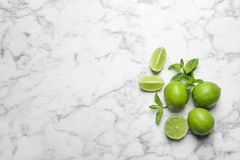 Nya mogna limefrukter på marmorbakgrund Royaltyfri Fotografi