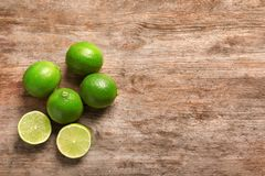 Nya mogna limefrukter på träbakgrund Royaltyfri Foto