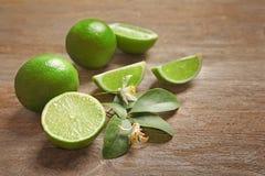 Nya mogna limefrukter på trätabellen Fotografering för Bildbyråer