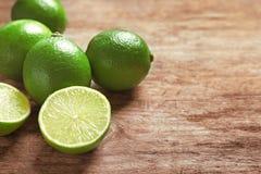 Nya mogna limefrukter på trätabellen Royaltyfri Foto