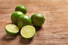 Nya mogna limefrukter på trätabellen Royaltyfri Fotografi
