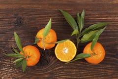 Nya mogna mandarines på trätabellen Arkivfoton