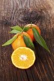 Nya mogna mandarines på trätabellen Arkivbilder
