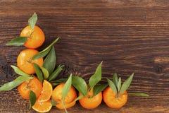 Nya mogna mandarines på trätabellen Fotografering för Bildbyråer