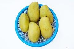 Nya mogna mango i blå korg Fotografering för Bildbyråer