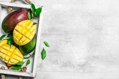 Nya mogna mango i magasinet fotografering för bildbyråer