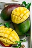 Nya mogna mango i magasinet royaltyfria foton