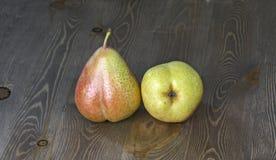 Nya mogna organiska päron Arkivfoto