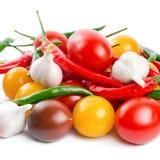 Nya mogna röda, gula svarta körsbärsröda tomater, vitlök Arkivbilder