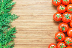 Nya mogna röda körsbärsröda tomater och ny grön dill på en träskärbräda Naturgrönsakbegrepp Bakgrund för sunt D Royaltyfria Foton