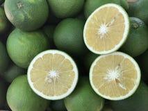 Nya mogna söta apelsiner som klippte i en halva Royaltyfria Bilder