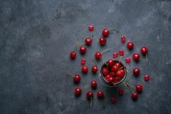 Nya mogna söta körsbär på mörk lantlig bakgrund Bästa sikt med kopieringsutrymme Fotografering för Bildbyråer