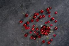 Nya mogna söta körsbär på mörk lantlig bakgrund Bästa sikt med kopieringsutrymme Royaltyfria Foton