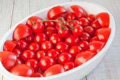 Nya mogna tomater i den vita casserolen Royaltyfri Fotografi
