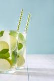 Nya Mojito med limefrukt och mintkaramellen background card congratulation invitation Arkivfoto