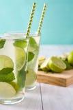 Nya Mojito med limefrukt och mintkaramellen background card congratulation invitation Arkivfoton
