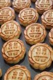 Nya mooncakes på en stekhet panna Royaltyfri Fotografi