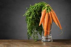 Nya morötter i en glass vas Fotografering för Bildbyråer