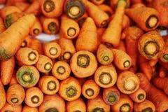 Nya morötter på en bondemarknad Arkivfoto