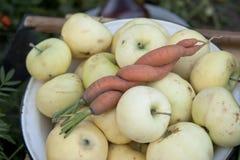 Nya morot och äpplen på plattan Arkivbilder