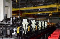 Nya motorer f?r lastbilar och traktorer p? en industriell fabriksmonteringsband arkivfoto