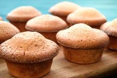 Nya muffin på en blå trätabell kopiera avstånd Bästa sikter Royaltyfri Fotografi