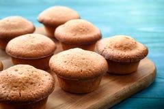 Nya muffin på en blå trätabell kopiera avstånd Bästa sikter Fotografering för Bildbyråer