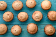 Nya muffin på en skärbräda på en träblå bakgrund lodisar Fotografering för Bildbyråer