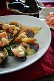 Nya musslor med räka, örter och kryddig sås Arkivbild