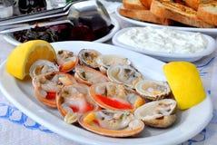 Nya musslor tjänade som med citronen Royaltyfria Bilder