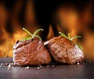 Nya nötköttbiffar på den svarta stenen och brand Royaltyfri Fotografi
