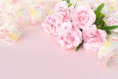 Nya nejlikor på den rosa papperen, baner för moderdag Arkivbild