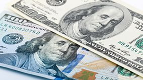 Nya och gamla amerikanska pengar för Closeup hundra dollarräkning Benjamin Franklin stående, oss makro för 100 dollar sedelfragme Royaltyfria Bilder