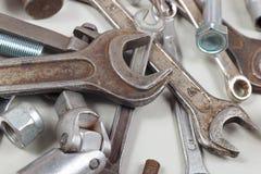 Nya och gamla metallhjälpmedel och delar för closeup för mekaniska arbeten Royaltyfri Foto