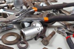 Nya och gamla skiftnycklar, muttrar, bultar och muttrar för closeup för mekaniskt arbete arkivfoton