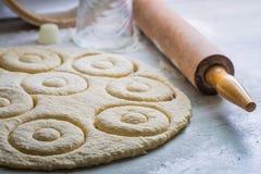 Nya och hemlagade donuts som göras av söt deg Arkivbild