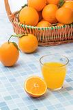 Nya och läckra apelsiner och orange fruktsaft arkivbild