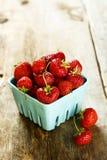 Nya och mogna organiska jordgubbar Royaltyfria Foton