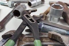 Nya och rostiga skiftnycklar, muttrar, bultar och muttrar för closeup för mekaniskt arbete royaltyfri fotografi