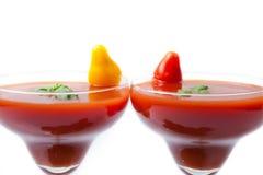 Nya och sunda tomatfruktsafter på vit bakgrund, closeup Arkivfoton