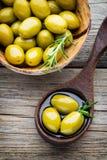 Nya oliv och grå bakgrund Oliv i bunke och sked Royaltyfri Fotografi