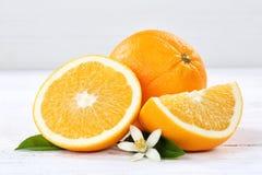 Nya orange apelsiner bär frukt frukter på ett träbräde Royaltyfria Bilder