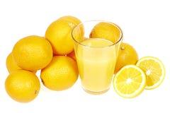 Nya orange fruktsaft och apelsiner Royaltyfri Foto