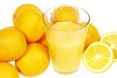 Nya orange fruktsaft och apelsiner Royaltyfri Bild