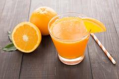 Nya orange fruktsaft och apelsiner på trätabellen Arkivbilder