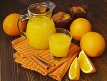 Nya orange fruktsaft och muffin Royaltyfri Bild