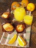 Nya orange fruktsaft och muffin Royaltyfria Foton