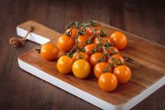 Nya orange körsbärsröda tomater Fotografering för Bildbyråer