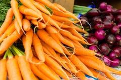 Nya orange morötter på skärm på bönderna marknadsför Arkivfoto