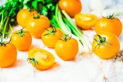 Nya orange tomater, saftiga sommargrönsaker och saftiga gräsplaner Arkivbild
